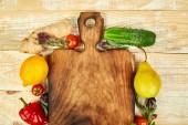 Čerstvá syrová zelenina, ovocné složky zdravé vaření salát celého prkénko dřevěné pozadí, pohled shora, místo pro text. Dieta nebo veganské jídlo i vegetariánská jídla a vaření koncepce. Rozložení bytu.