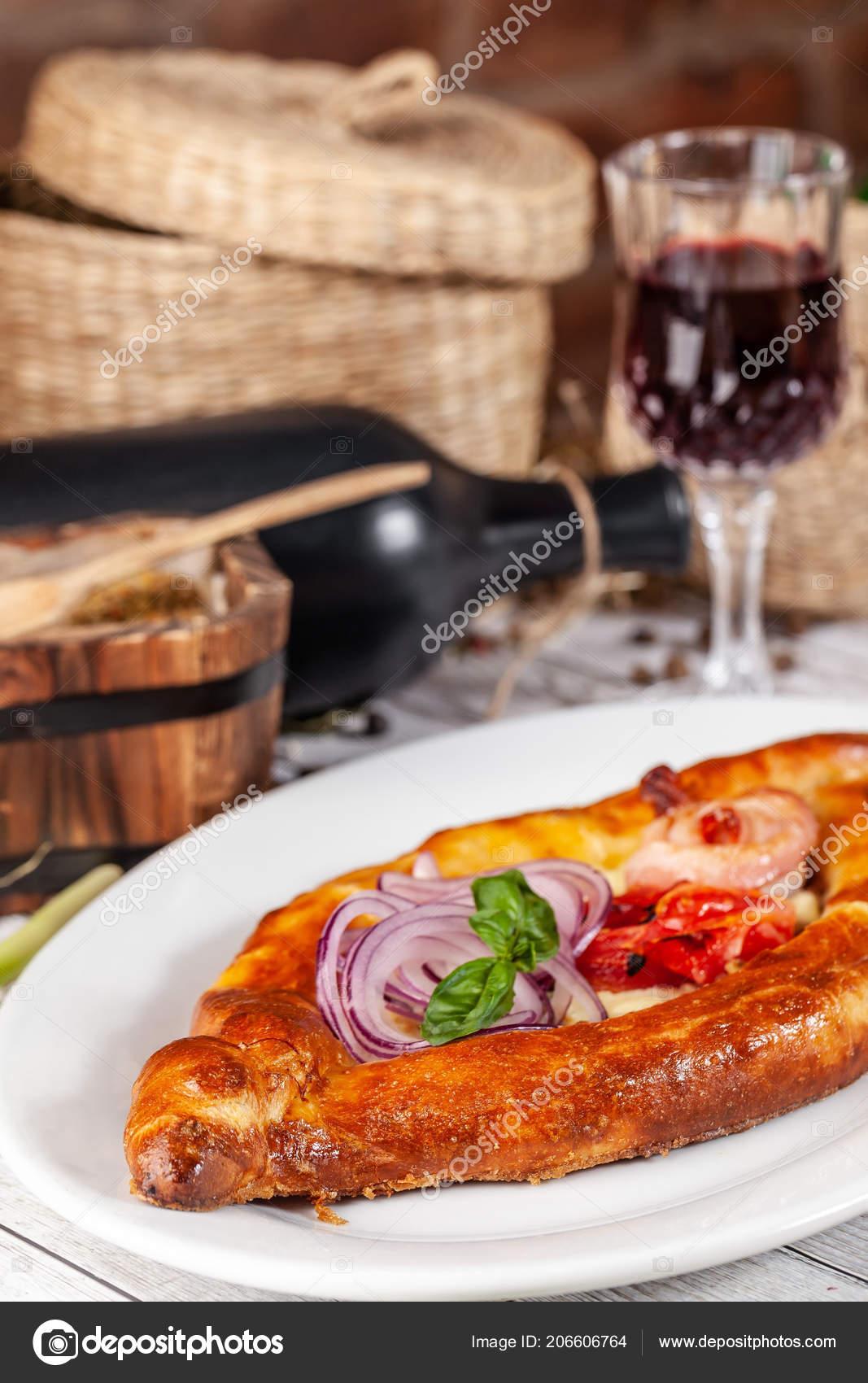 Traditionelle Georgische Und Armenische Küche Khachapuri Mit Sulguni ...