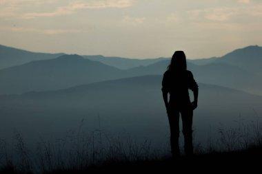 "Картина, постер, плакат, фотообои ""девушка турист высоко в горах закат солнца туман вершины карпаты"", артикул 398491594"