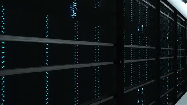 Moderne Server Innenraum im Rechenzentrum, Netzwerk und Internet Telekommunikation Webtechnologie, big-Data Storage und Cloud-Service-Konzept, 3D-Rendering