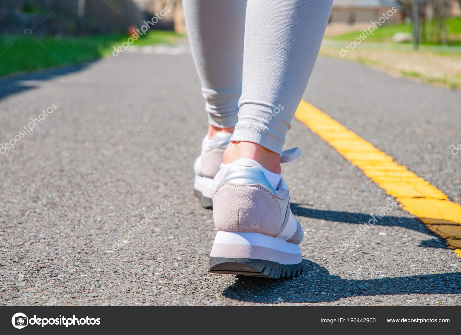 ноги фото в кроссовках