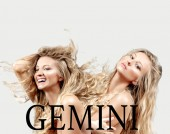 Fotografie Schöne blonde Frau mit langen lockigen Haaren. Horoskop, Sternzeichen Zwillinge