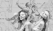 Fotografie Zwillinge Sternzeichen. Astrologie und Horoskopkonzept. Schöne Frau Zwillinge auf Tierkreis Karte