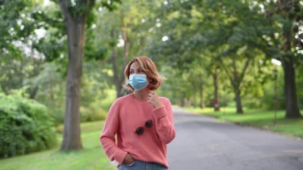 Krásná usměvavá sebevědomá žena hledící do kamery. Žena se chystá do parku