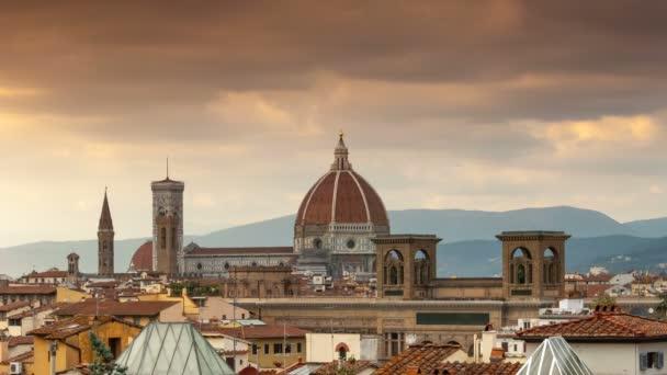 Katedrála Santa Maria del Fiore při západu slunce. Florencie, Itálie. Timelapse