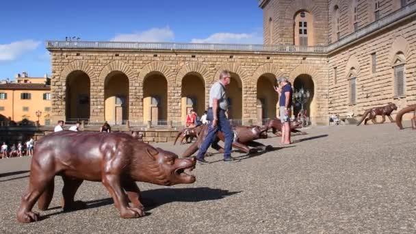 Florencie, Itálie 19 / 7 / 2020: Na Pittiho náměstí (Piazza de Pitti) ve Florencii jsou vystaveni vlci z umění Liou Ruowanga. Itálie