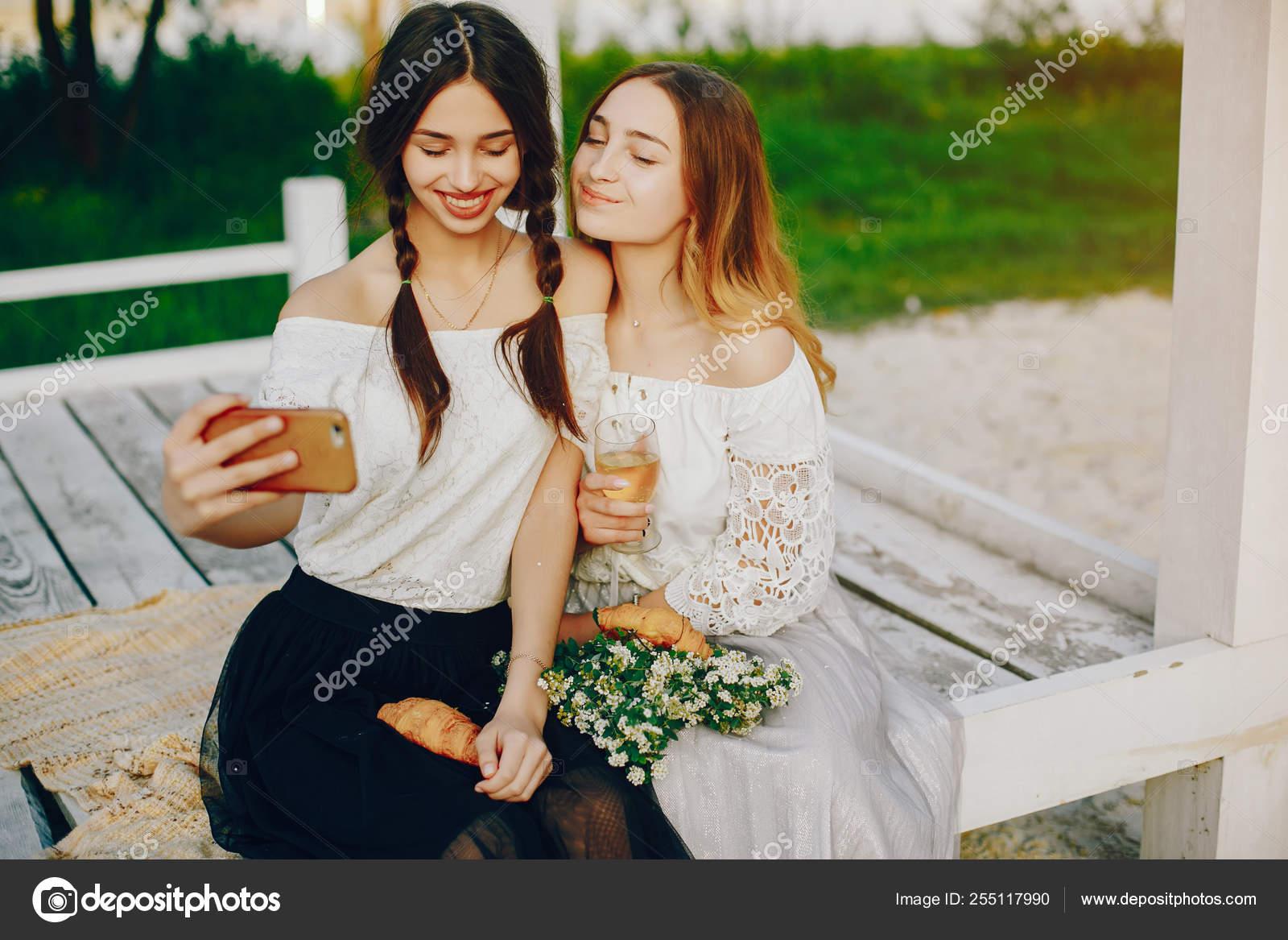 4f259e9d79e9 Dos chicas bonitas en un parque de verano — Foto de stock ...