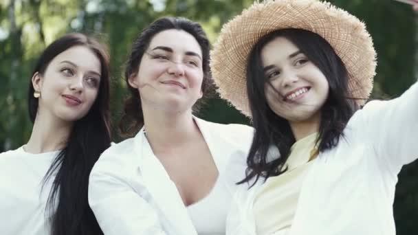 Foto von glücklichen europäischen Frauen, die Selfie-Foto machen und lachen