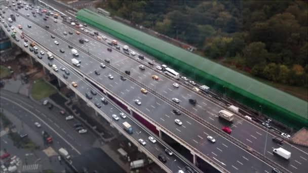 Az autópálya sok autók felülnézet.