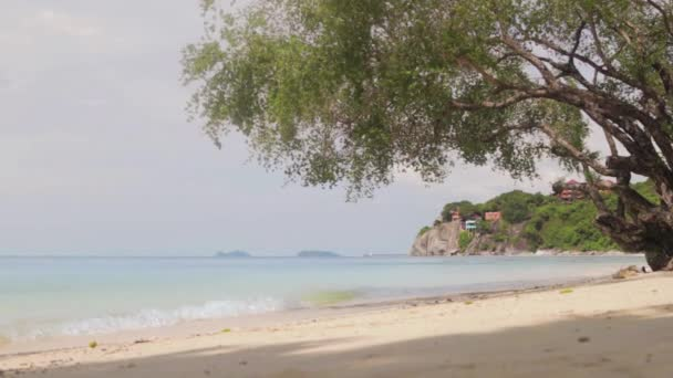 Kilátás nyílik a trópusi paradicsom-strand. Nyugodt tenger, egy napsütéses napon.