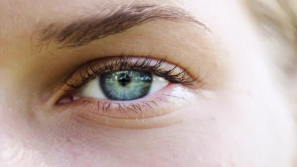 Těsné záběry ženské oční očí.