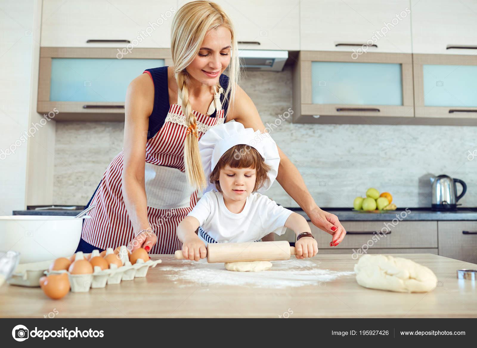 Сын трахнув маму в попу на кухни, Сын ебет маму в жопу на кухне - порно видео онлайн 18 фотография