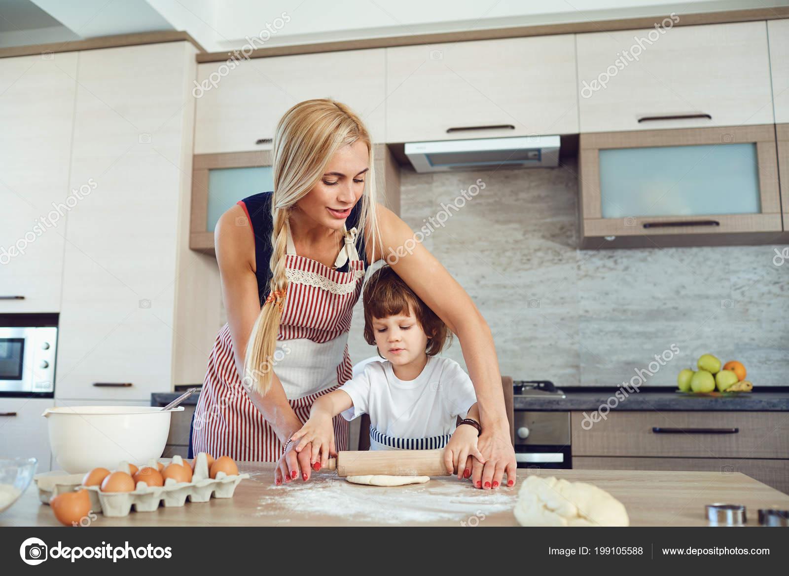 Сын трахнув маму в попу на кухни, Сын ебет маму в жопу на кухне - порно видео онлайн 19 фотография