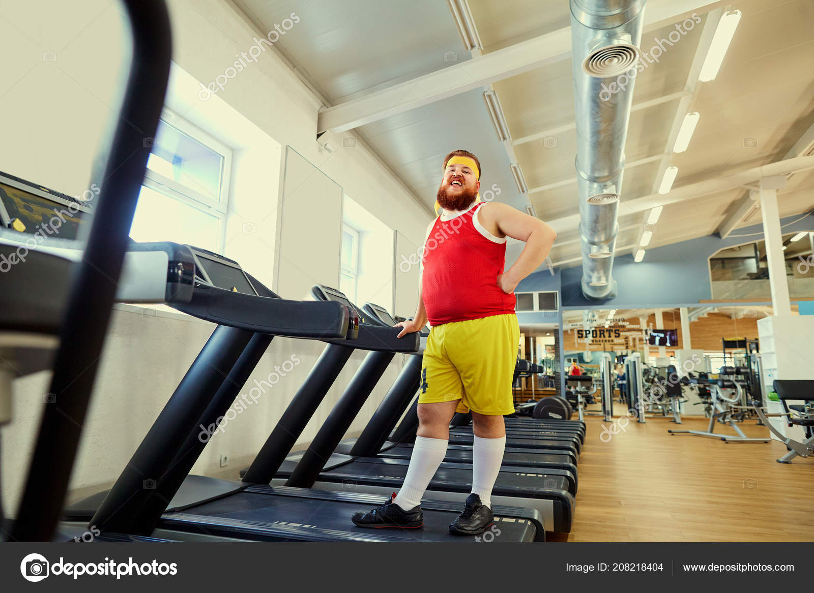 Ein lustiger dicker Mann Übungen im Fitness-Studio