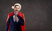 Mikulás jelmez szuperhős üzletember énekelni a dalt