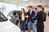 Verkauf, Mietwagen. Autohändler verkauft Autos an Kunden.