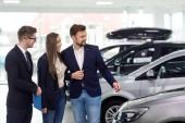 Muž a žena jsou nákup auta.