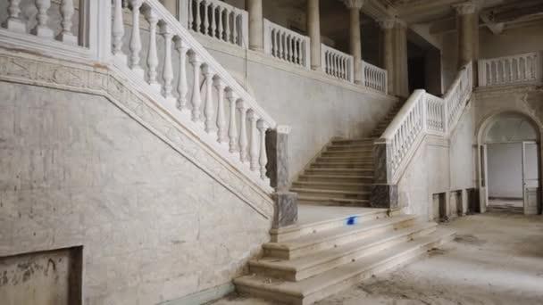 Pohled na staré schodiště, vchod do budovy je na schodech