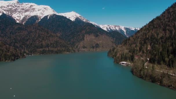 modré jezero se nachází mezi vysoce zasněžené hory a stromy