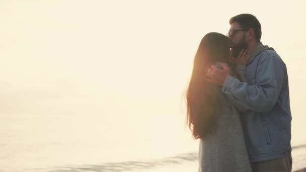 Жена нежно целовала подругу и мужа