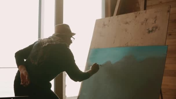 Umělec pracuje na obraz