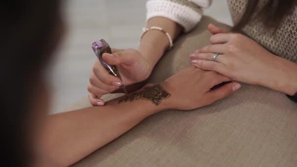 Detailní záběr záběr mistra kuchaře, který používá henna jako barva pro malování na tělo