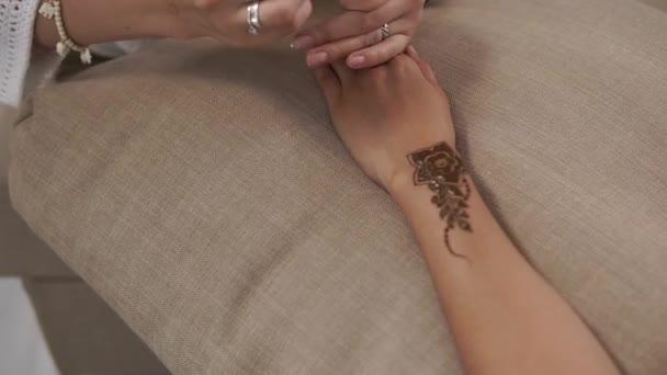 Krásné mehendi pracují na ruce
