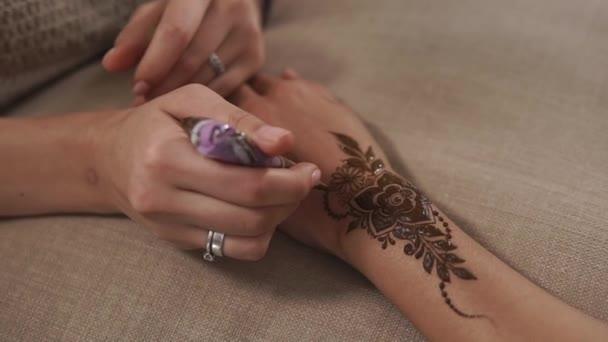 Detailní záběr záběr mistra kuchaře, který používá Henna mehendi s květinou