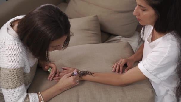 Női fő van ábrázoló hagyományos indiai henna minták a nő kezét