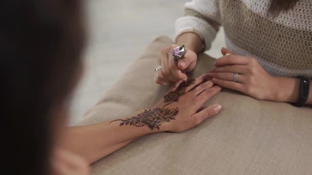 Képzett nő van rajz Arab minták henna kezét, fiatal nő