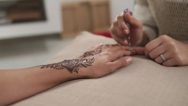 Henna art womans ujjak.