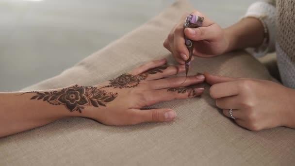 Mistr je kresba květiny a listy na kůži hennou, tradiční mehndi