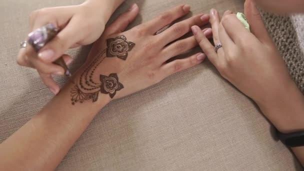 Tradiční umění henna na kůži