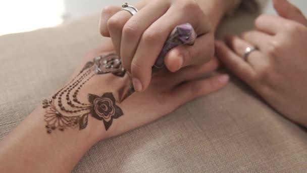 Künstler Zeichnen Mehendi Muster Auf Hände Anwendung Einfügen Aus