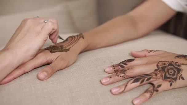 zár megjelöl szemcsésedik-ból egy womans kezek, várakozás mehendi a csukló teljesítését