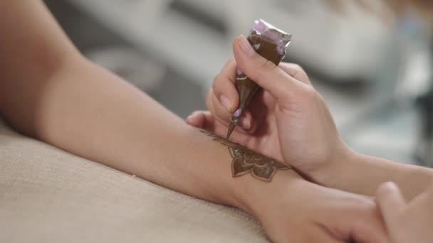 Művész hoz létre egy nő a díszítéseket kézzel, henna beillesztés segítségével