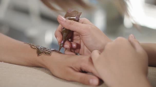 zár megjelöl szemcsésedik-ból a mester kezét, aki a hennafestés felhívja a látogató