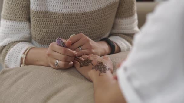 Talentovaná žena je obraz ženské ruce henna mehndi dekorace
