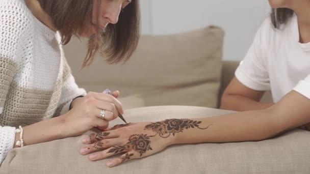 Hlavní práci s hennou