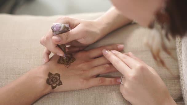 Lány a kezében a barátod nőjét henna, divatos mehendi festmény virág