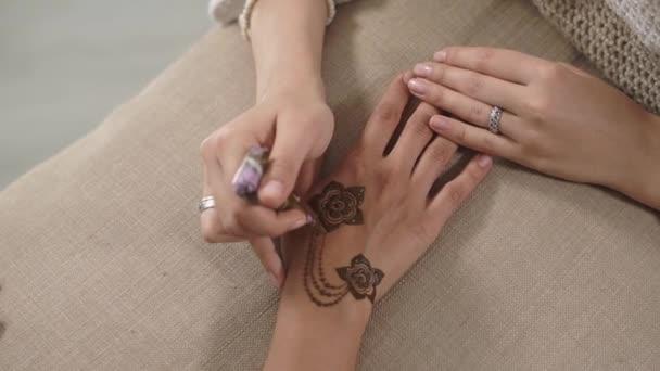 Mehndi a bőrt a nők a fenti lövés közelről. Rajz henna pontok a virágok. Fantasztikus tervező.