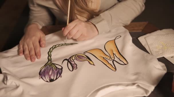 Nő minta alkalmazza a fehér pulóver, közelkép