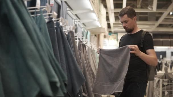 5db3e693f Homem é toalha de sentimento em uma loja