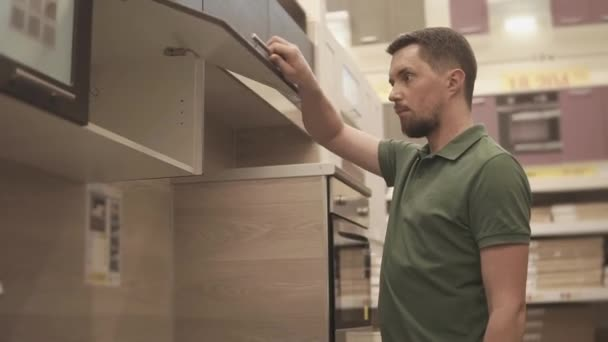 Muž jde nakupovat pro novou kuchyň