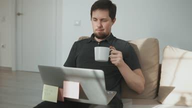 man zit in de badkamer met een laptop in de hand, stak uit de lijst ...