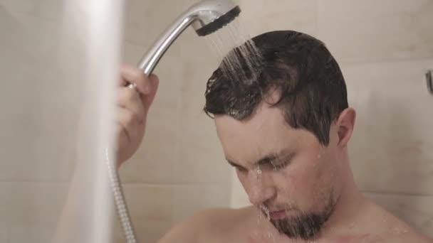 fiatal a zuhany alatt vékony milf spriccel