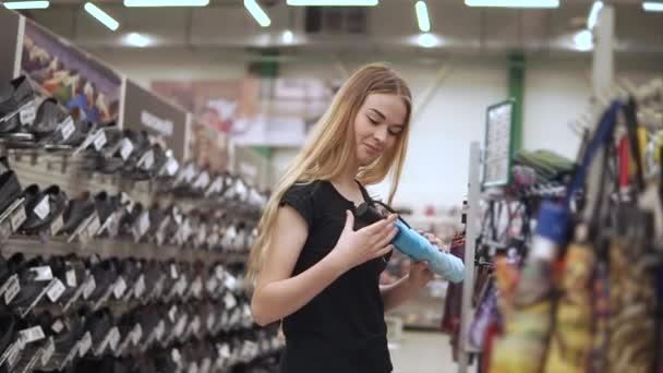 99ce295ac Cliente feminino de supermercado está olhando em um guarda-chuva dobrável  em uma área de vendas– gráficos de vetor
