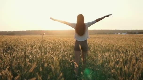 Roztomilá dívka, stojící sama v terénu.