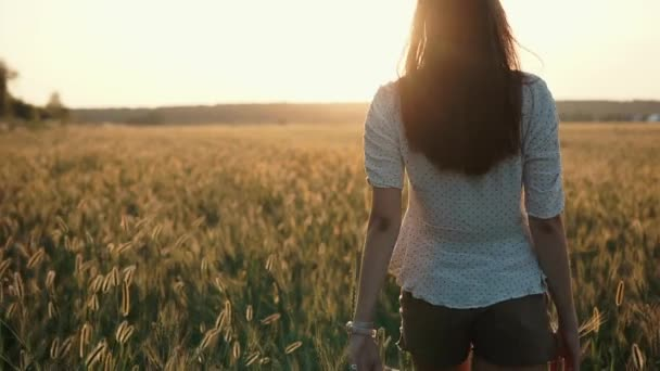 Lány élvezi este a természetben.