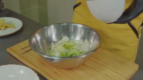 Šéfkuchař míchání zeleninu v míse